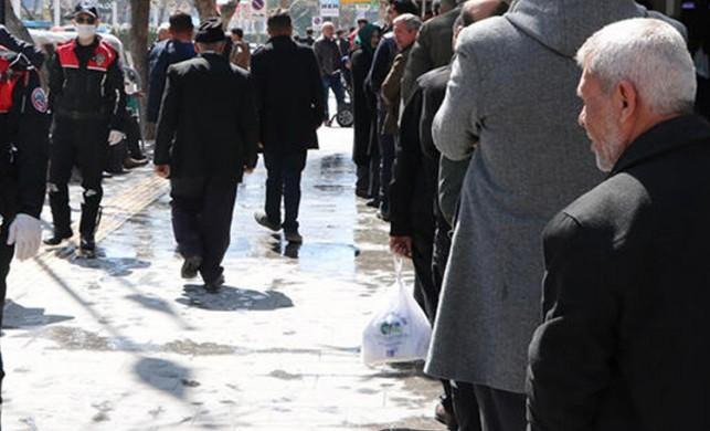 Niğde'de bankalar önünde uzun kuyruklar oluşturan 65 yaş ve üstü vatandaşlar, polisler tarafından uyarıldı