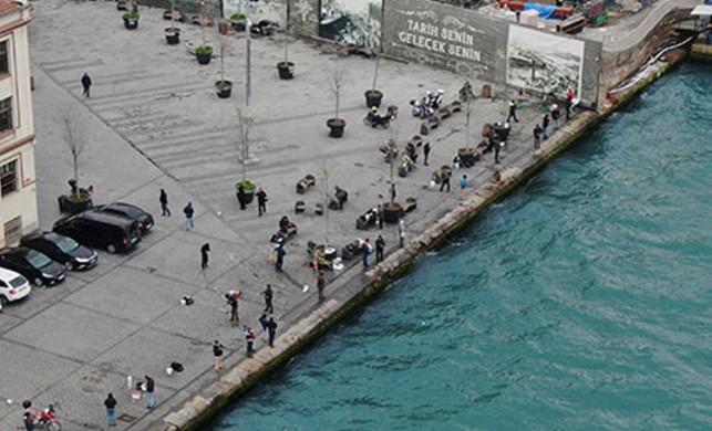 Karaköy Sahili'nde çok sayıda kişi, sosyal mesafeyi korumadan balık tutmaya devam ediyor