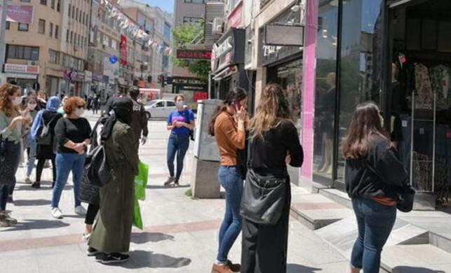 Kocaeli Gebze'de bir mağaza indirim yapınca, önünde kuyruklar oluştu!