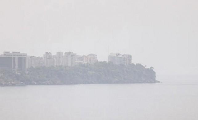 91 yılın sıcaklık rekorunun kırılacağı Antalya'da şaşırtan görüntü: Şehri nem bulut kapladı