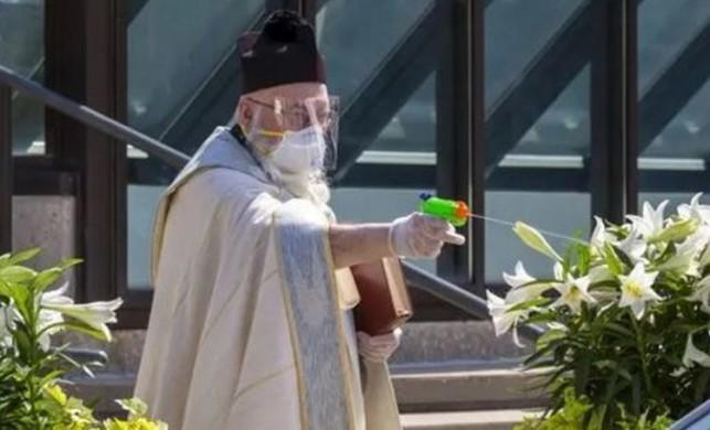 ABD'de su tabancasıyla 'kutsal su' sıkan rahibin görüntüleri şoke etti!