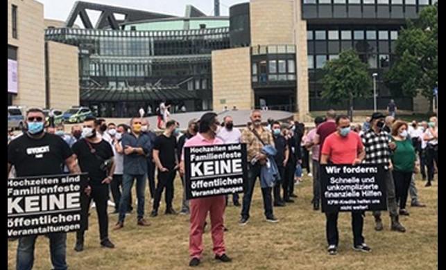 Almanya'da düğün salonu sahiplerinden protesto!