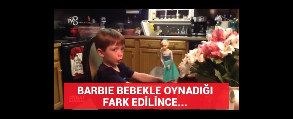 Barbie bebekle oynadığı fark edilince...