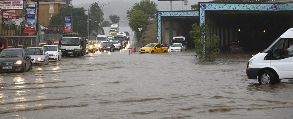 İstanbul'da hayatı felç eden sağanak yağış!