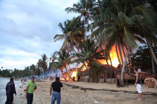 Dominik'te 8 Restorant Alev Alev Yandı