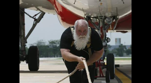 65 tonluk uçağı 20 metre çekti