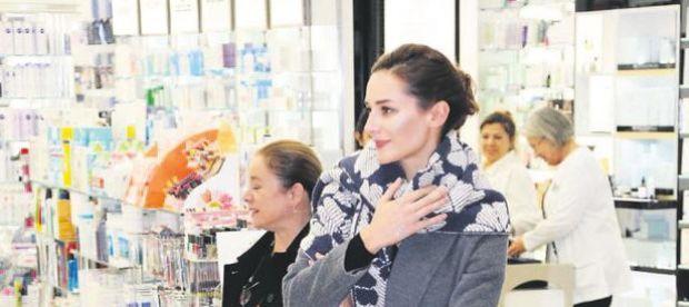 Oyuncu Sedef Avcı, önceki gün Akmerkez'de yeni yıl alışverişi yaptı