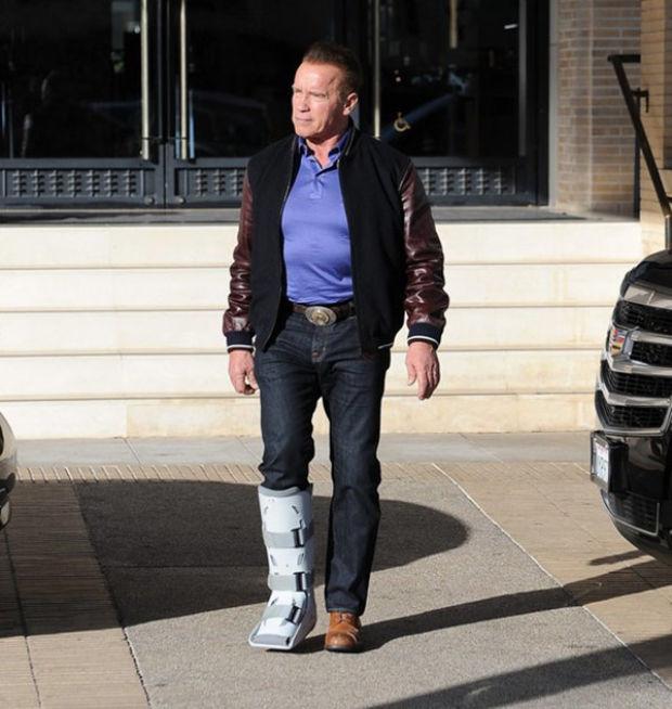Usta oyuncu Arnold Schwarzenegger, önceki gün Los Angeles'taki evinin yakınlarında görüntülendi.  Bir restoranda öğle yemeği yiyen Arnold Schwarzenegger'in bacağında destek olduğu görüldü