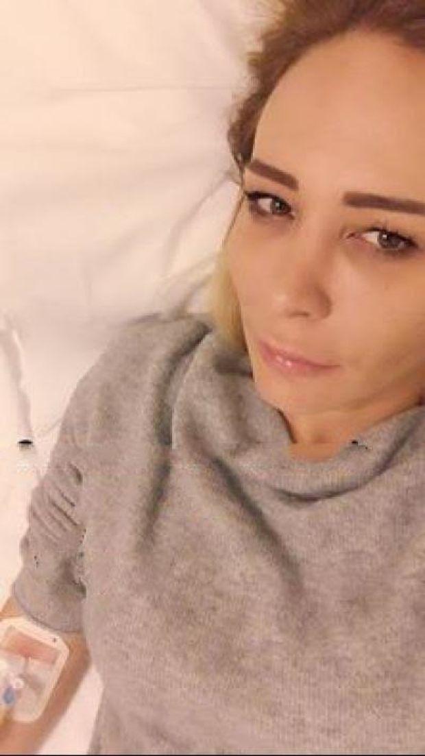 O Hayat Benim isimli dizide Hülya karakteri ile tanıdığımız ünlü oyuncu Ahu Sungur mide gribine yakalandı. Sungur'un hastaneye kaldırıldığını duyuran ses sanatçısı Onur Akay, Instagram adresinden ünlü oyuncunun hastanede çekilen fotoğrafını yayınladı.