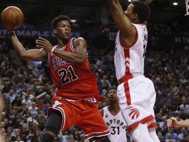 NBA'de bu gece geçtiğimiz yılın Doğu Konferansı finalisti Toronto ile iddialı kadrosuyla sezona hızlı bir giriş yapan Chicago karşı karşıya gelecek. Muhteşem geçen bir sezonun ardından neler yapacağı merakla beklenen Toronto, yıldız oyuncuları DeMar DeRozan ve Kyle Lowry'nin etkili performansını sürdürmesiyle aynı çizgide yoluna devam ederken, potansiyelli genç oyuncularını Jimmy Butler ve Dwyane Wade gibi tecrübeli yıldızlarıyla kaynaştıran Chicago eski günlerine dönüş sinyalleri veriyor.
