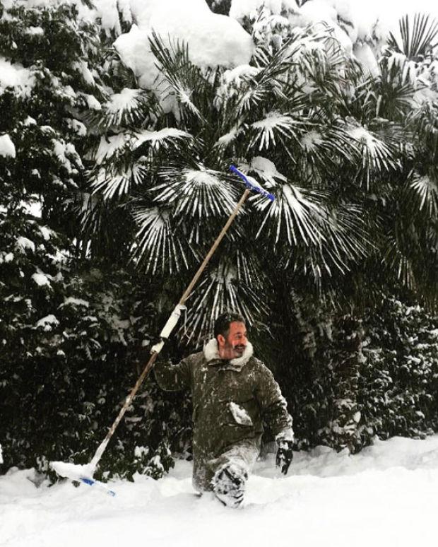 Ünlü isimler İstanbul'u etkisi altına alan kar yağışı altında eğlenceli pozlarını sosyal medya hesaplarından paylaşmaya devam ediyor.  Kar paylaşımı yapan ünlüler kervanına Cem Yılmaz da katıldı.