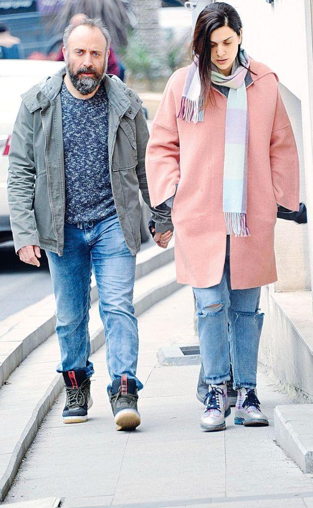 Vatanım Sensin dizisinde birlikte rol alan Bergüzar Korel ve Halit Ergenç, önceki gün Bebek'te objektife takıldı