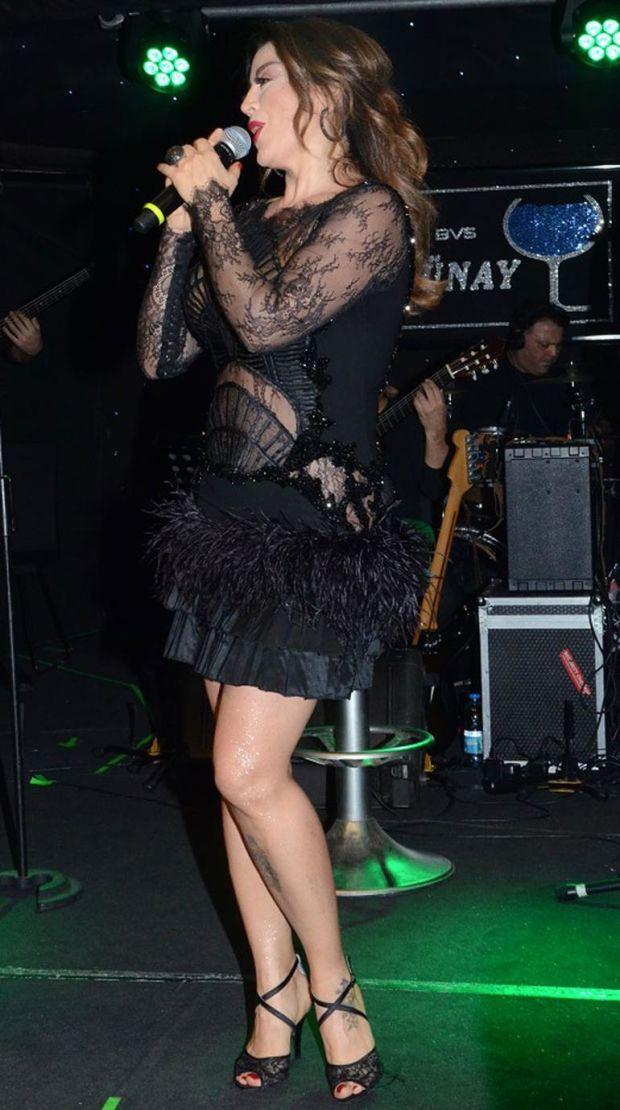 14 Şubat'ta sahne alan şarkıcı cesur kıyafeti ile tüm dikkatleri üzerine çekti