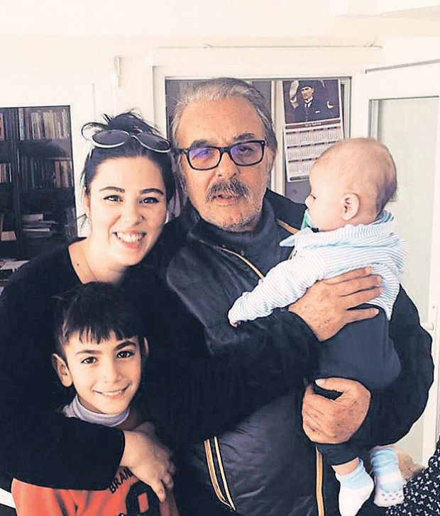 Tuğçe Tayfur 4 aylık oğlunu da alarak babası Ferdi Tayfur'u ziyaret etti