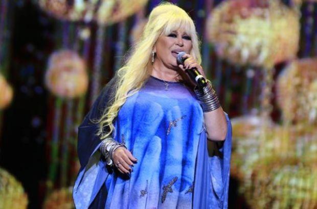 Usta şarkıcı Zerrin Özer, önceki akşam Moi Sahne'de hayranlarıyla buluştu