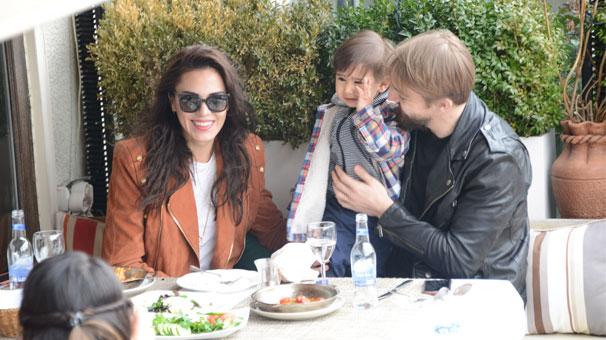Beşiktaşlı Caner Erkin önceki gün eşi Şükran Ovalı'ıyla beraber Bebek Koru Kahve'de görüntülendi
