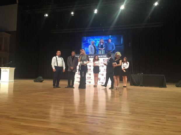 """Birey Eğitim Kurumları 2017 yılının TV programları ve sinema oyuncuları ödülü için 5000 öğrencisi ile anket düzenledi. Anketin sonucunda her Pazar TV8,5'ta yayınlanan Tekno Haller """"Yılın Teknoloji Programı"""" ödülüne layık görüldü."""