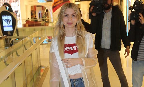"""Aleyna Tilki, önceki gün Akmerkez'de görüntülendi.  Önümüzdeki hafta 4 halk konseri olduğunu söyleyen Tilki """"Hedeflerim çok büyük. Dünya starı olmak istiyorum ve bu yorgunluk benim seçimim"""" dedi"""