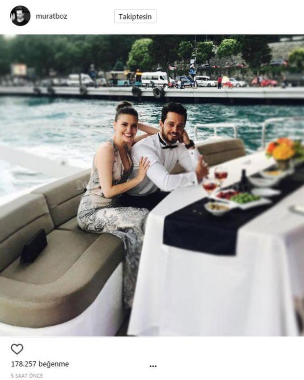 Murat Boz, yakın dostu Burak Özçivit'in düğününe 2 ay önce barışıp ikinci kez bir araya geldiği sevgilisi Aslı Enver ile katıldı.  Boz, aylar sonra ilk kez sosyal medya hesabında Aslı Enver ile fotoğrafını paylaştı.