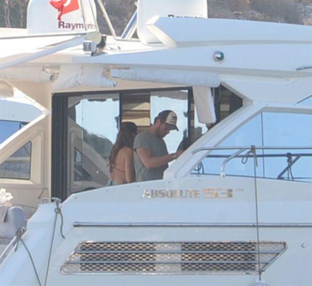 Kıvanç Tatlıtuğ eşi Başak Dizer ile birlikte sürdürdüğü tekne tatili sırasında magazin muhabirlerinin kendisini çektiğini farketti...