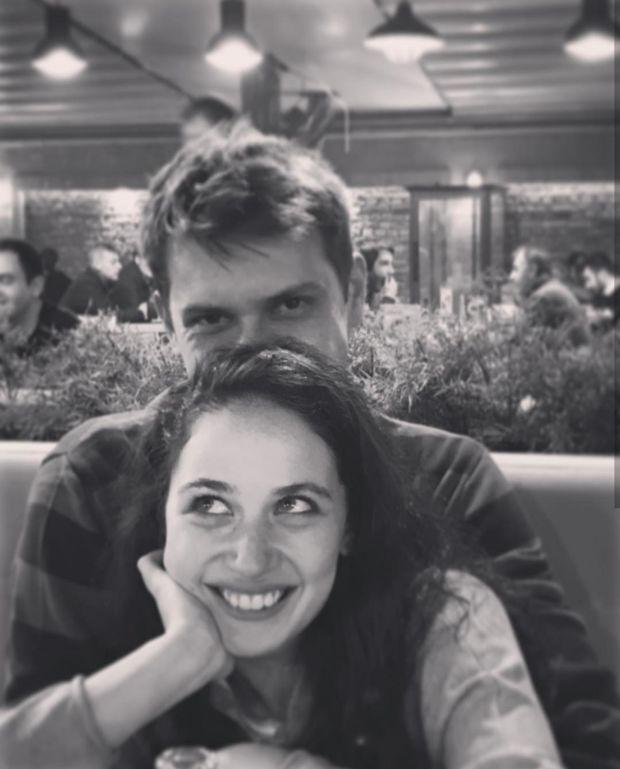 """""""Savaşçı"""" dizisinin başarılı oyuncusu Alican Albayrak, dizinin setinde tanıştığı oyuncu arkadaşı İlayda Çevik ile yeni bir aşka yelken açtı."""