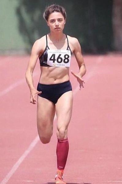 2021 Survivor gönüllüler kadrosunda yer alan Sena Özdemir'in atletizmde birçok başarısı bulunmaktadır.