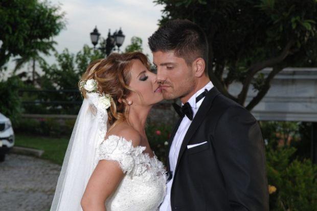Barış Özbek, eşi Minecan ile 2012 yılında görkemli bir düğün ile hayatlarını birletirmiştir.