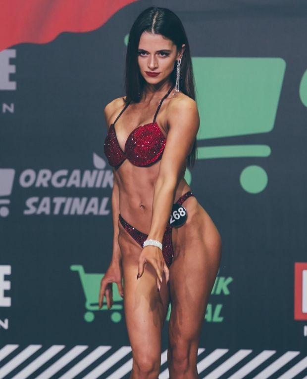 Aleyna Çalışkan'ın vücut geliştirme şampiyonasından bir karesi