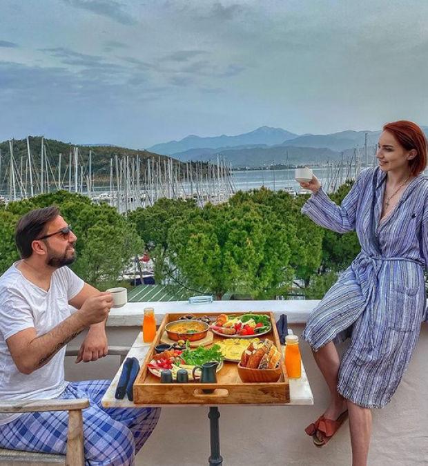 Onur Aydın ile evli olan Selin Aydın, evlilik yıl dönümlerini paylaştığı bu fotoğrafla kutladı.