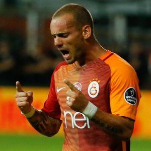 Sneijder'e bir ceza da Riekerink'ten