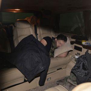 Ünlü şarkıcı otoparkta uyuyakaldı