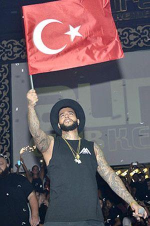 Rus şarkıcıdan Türk bayraklı konser