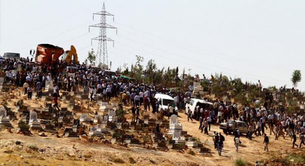 Gaziantep'teki canlı bomba saldırısında ölenler yan yana defnedildi