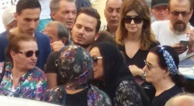 Tarık Akan'ın cenazesinde Türkan Şoray ve Müjdat Gezen'in zor anları