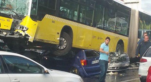 İstanbul'da katliam gibi kaza! Metrobüs yoldan çıktı