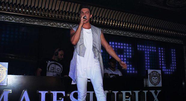 O Ses Türkiye'nin yakışıklı şarkıcısı Ortaköy'de sahne aldı!