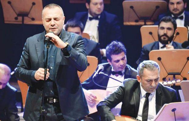 Oktay Kaynarca Yavuz Bingöl konserinde türkü söyledi