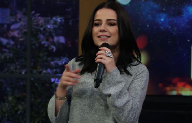 Merve Özbey Allah'a Emanet Ol isimli şarkısını seslendirdi