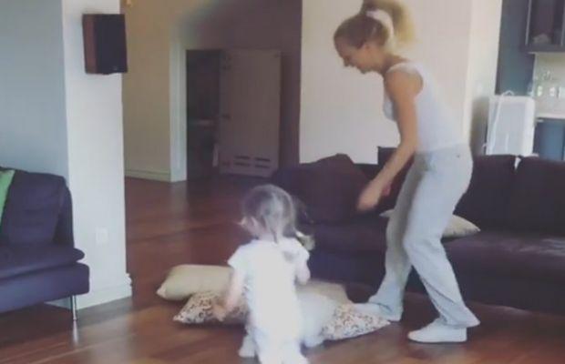 Meryem Uzerli ve kızından dans şov