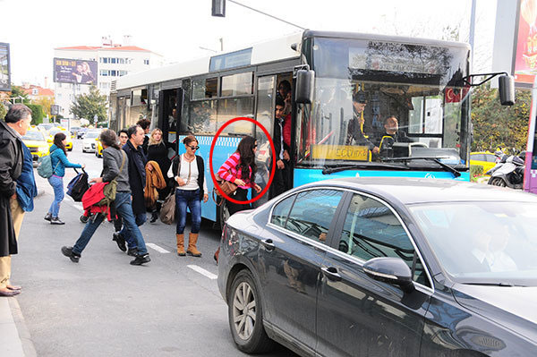 Ünlü oyuncu otobüse bindi ayakta kaldı