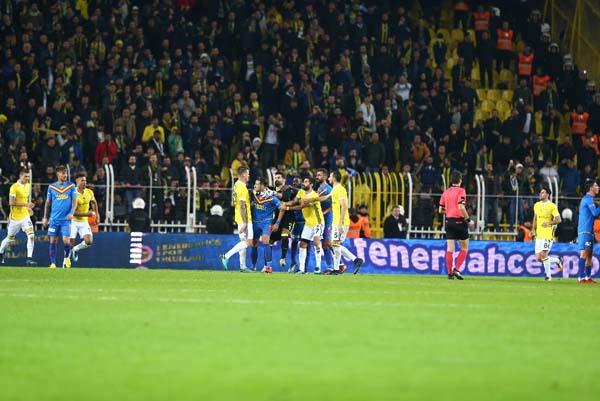 Fenerbahçe - Göztepe maçı sonrası saha karıştı!