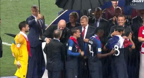 Finalde dünyayı şoke eden an! Putin'in arkasındaki kadın...