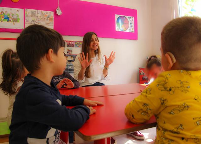 İşitme engelli çocuğu olan ailelerin eğitimi için 'Ses Getirenler' projesi