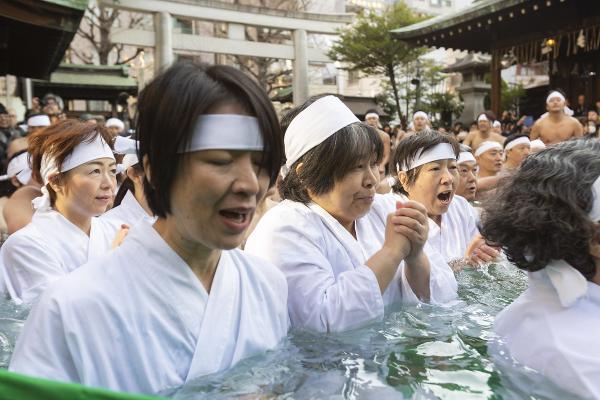 Japonlardan 'kış ortasında buzlu suda banyo' seremonisi!