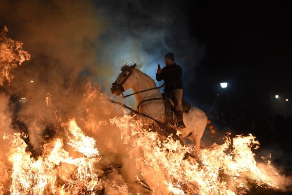 Ateşin içinden geçiyorlar! 500 yıllık geleneğin tek amacı var
