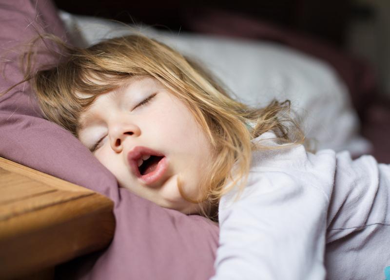 Anne babalar dikkat! Çocuğunuz böyle uyuyorsa...