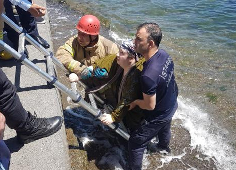 Beşiktaş'ta denize düşen kadını itfaiye kurtardı