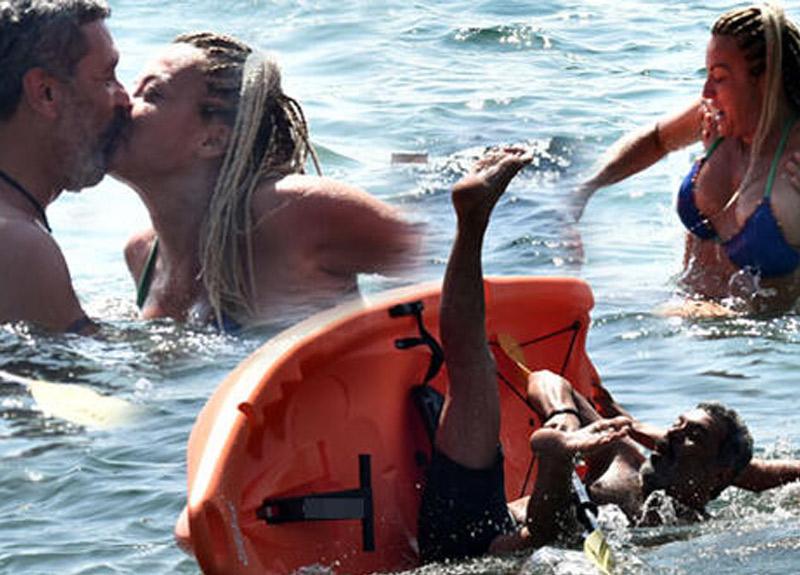 Denizde birbirlerini öpücüğe boğdular!