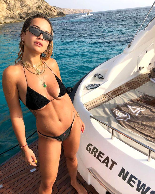 Ünlü şarkıcı siyah bikinisiyle Ibıza'yı yıktı geçti