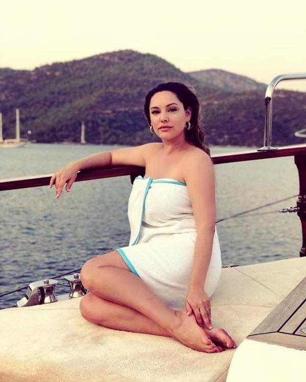Ünlü yıldız Türkiye tatilinde! Sevgilisinin çıplak pozunu paylaştı